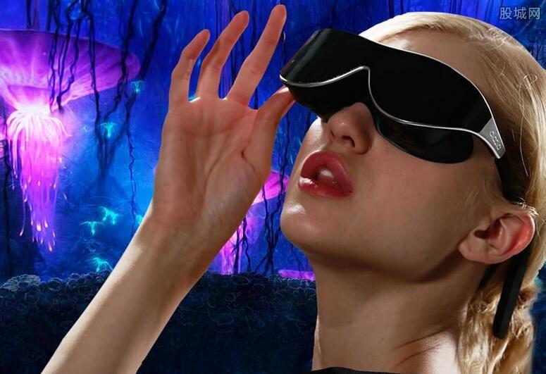 首款VR眼镜设备:中国企业多哆公司捷足先登 据人民日报9月1日消息,凭借独特的光学技术、传感器和预判算法,多哚V1眼镜的轻薄程度大大领先同类产品:仅为苹果手机6Plus重量的一半。同时,通过提早布局VR软硬件技术研究和应用开发,V1已在全球注册了127项专利。 Facebook创始人扎克伯格2014年收购Oculus后,希望VR头盔在未来512年内能做成普通眼镜的大小。但多哚在2016年捷足先登,这不仅成为中国VR产业的一次跨越,也是世界VR行业的一次突破。此前,VR行业发展的每一个标志性事件和每一次大的